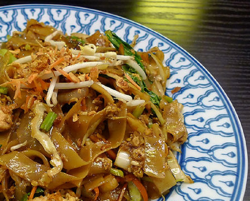 Egg Noodles In Yellow Bean And Chilli Sauce picture