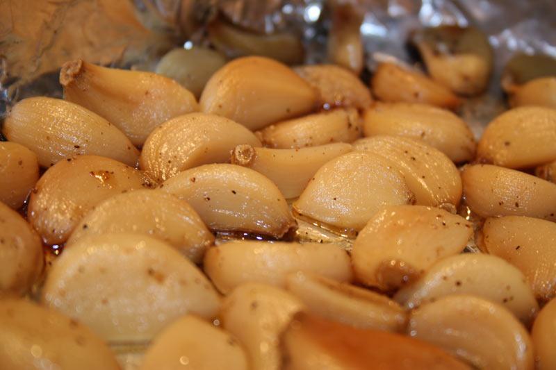 Storing peeled garlic in olive oil