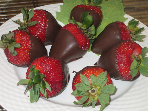 Chocolate-Dipped Strawberries - Luscious Desserts For Wedding Dinner