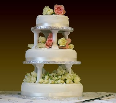 How To Stack A Wedding Cake With Pillars Video