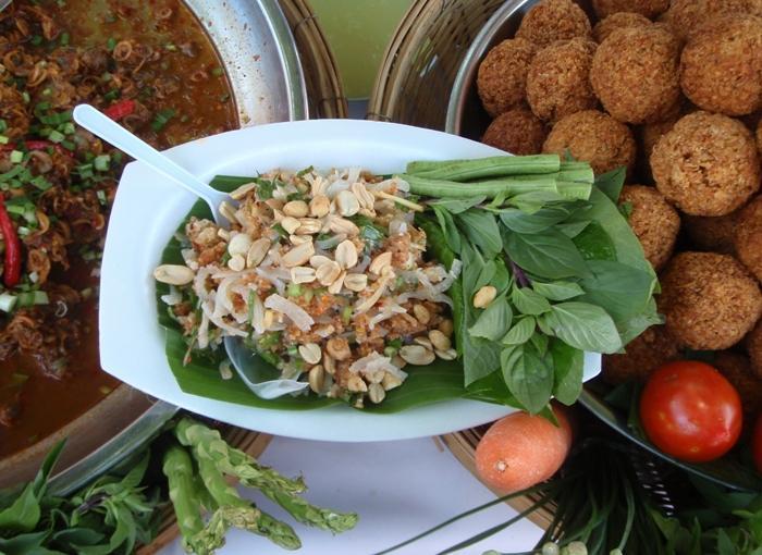 Yam Naem Kaao Tot