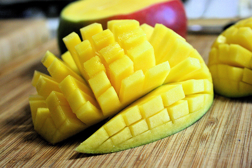 How to serve mangoes when sliced