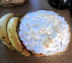 Banana cream pie with bananas