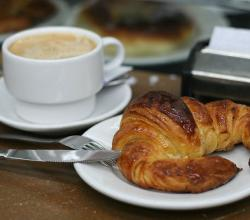 Cafe con leche and croissant