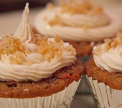 Carrotcake cupcakes with candied ginger icing