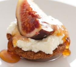 Fig tart with whipped cream