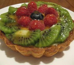 Fruit tartlet with kiwi fruit and raspberries