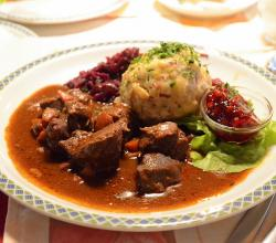 Hirschgulash with bacon dumplings and red cabbage