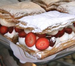 Puff pastry with cream and strawberries