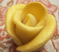 Rose-shaped marzipan