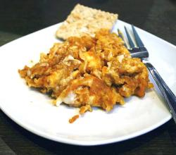 Scrambled eggs with a cracker farinato