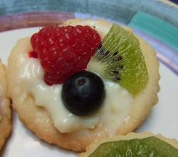 Shortbread cookie with fruit on top