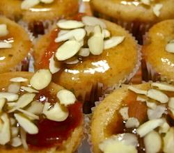 sliced ​​almonds sprinkled cupcakes