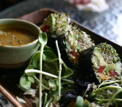 Spicy seaweed wraps with peanut sauce