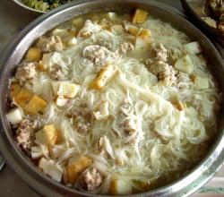 Vermicelli in minced pork and sliced fish cake