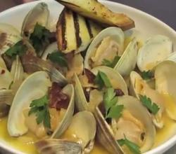Scrummy Steamed Littleneck Clams with Beer and Bacon