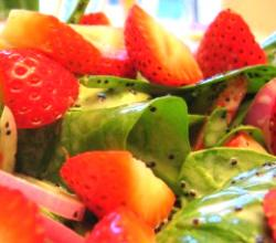 Quick and Healthy Spinach Salad with Juicy Strawberries