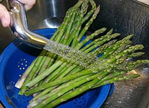 Cleaning asparagus under water