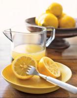 Storing lemon juice to keep its freshness alive