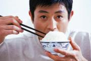 to eat from a rice bowl the Chinese style hold the rice bowl right up to your mouth