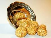 Til Gud is a popular Makarsankranthi Food from Maharashtra.