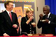 Former UN Chief Kofi Annan tasting Sprinkles.
