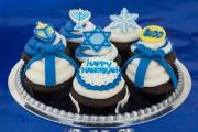 Decorate the Hanukkah Cupcake