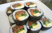 Gimbap is cut into slices and ready to be eaten.