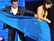 Salman Khan Strips Sunny Leone's Saree at Star Guild Awards 2014