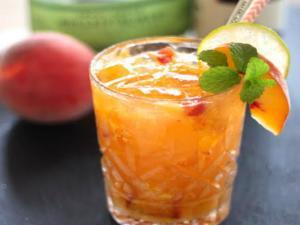 Cocktail Peach And Bourbon Smash
