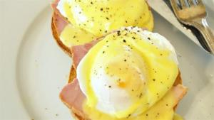 How To Make Eggs Benedict 1006442 By Videojug