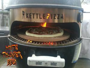 4 Wood Fired Personal Pizzas Cooked In 20 Minutes On The Kettlepizza How To Cook On The Kettlepizza