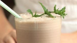 How To Prepare A Chocolate Mint Smoothie 1009652 By Videojug