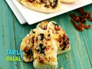 Baked Sun Dried Tomatoes And Cheese Rolls