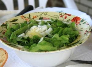 Old-Fashioned Lettuce Salad Bowl