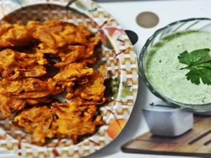 Monsoon Delight - Karare Pyaz ke Pakode (Crispy Onion Fritters)