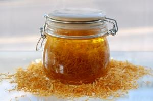 Uses and benefits calendula powder