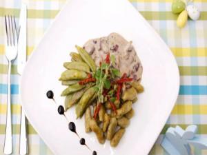 Pesto-Verde-Gnocchis mit Pilzen in Mandelcreme und Zuckerschoten