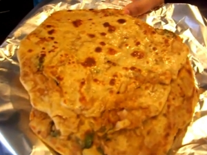 Mooli Paratha / Stuffed Indian Flatbread with Daikon Radish