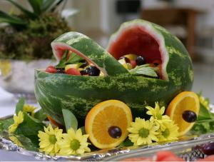 Learn how to make a fruit basket in the shape of baby carriage.
