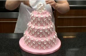 Decorating A Wedding Cake