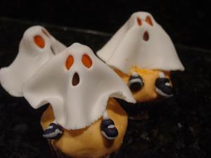 Floating Fondant Ghost Cupcakes... Easy Peasy