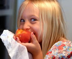 Rewarding children for good behavior with healthy food