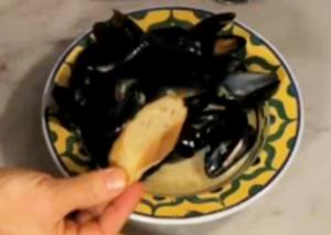 Easy and Simple Steamed Mussels