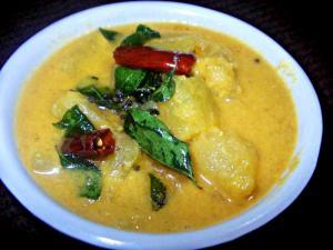 Kapakka Parippu Pulincurry (Pappaya and Dal In Tamarind Coconut Gravy)