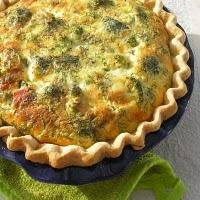 Eat quiche with broccoli and hollandaise sauce