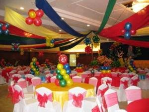 Ballons and candles are most essential items for birthday table setting.