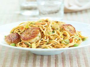 Wegmans Lo Mein Salad with Peanut Sauce and Pan-Seared Scallops