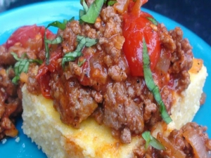 Quick and Easy: Polenta with Savoury Beef and Cherry Tomatoes