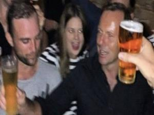 Australian Pm Tony Abbott Chugs Beer In 6 Seconds